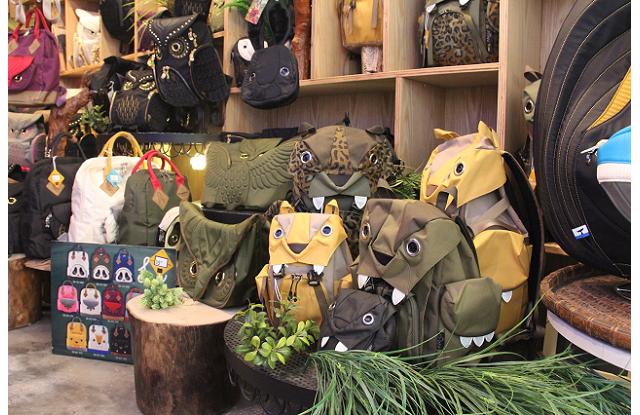 手袋的招牌「雞眼」為設計重心,以此設計出不同動物主題手袋和背包等,深受港日台三地人士歡迎。