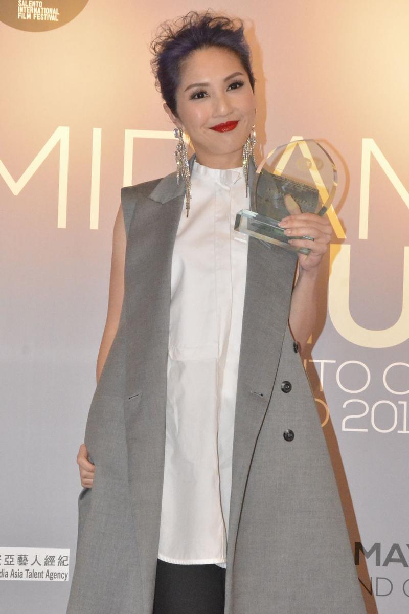 千嬅獲獎,表揚她對香港影壇的貢獻。