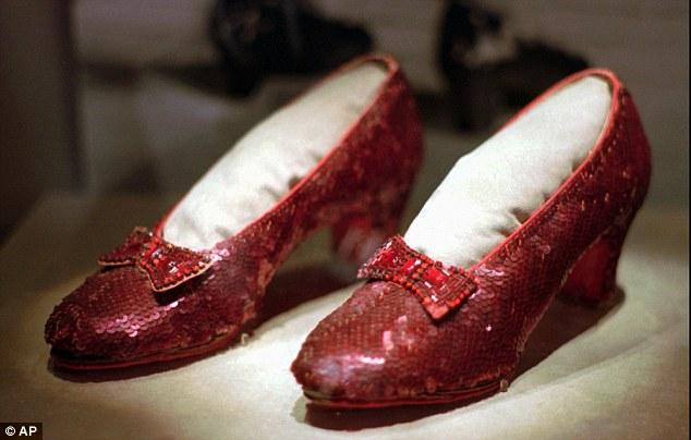 茱地嘉蘭戲中所著的紅寶石色鞋。每日郵報