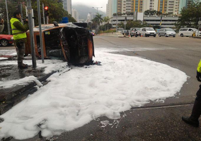 私家車意外後翻側在路邊。 梁國峰攝