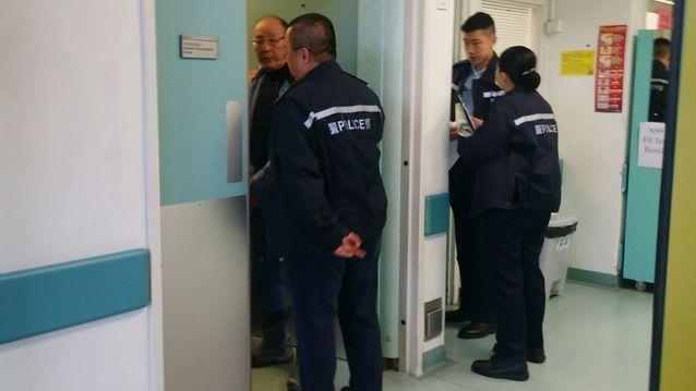工友到醫院協助,而警方在場了解事發經過。