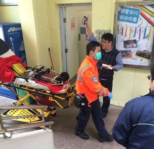 救護員到場。