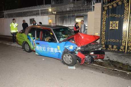 的士車頭損毀嚴重,擋風玻璃爆裂。蔡楚輝攝