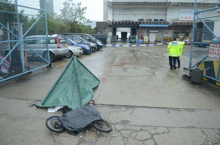 死者遺體被帳篷覆蓋。 楊偉亨攝