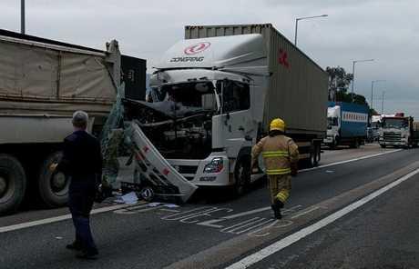 貨櫃車撞泥頭車,貨櫃車車頭盡毀。網圖