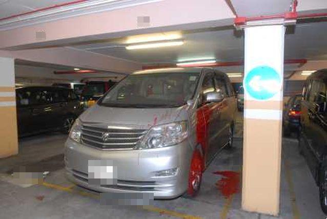 七人車兩邊車身懷疑被人淋潑紅油。