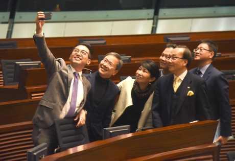 楊岳橋與黨友自拍留念。雷日昇攝
