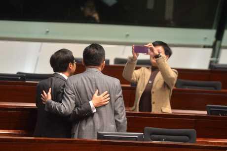 楊岳橋成為其他議員的集郵對象。 盧江球攝