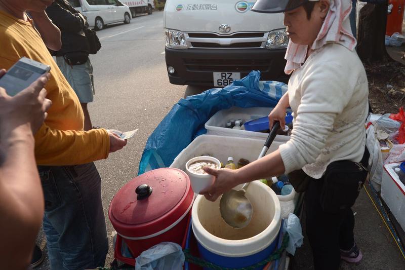 自製涼茶賣15元一枝,綠豆莎13元一碗。