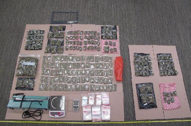 海關檢獲的懷疑大麻花及包裝工具。