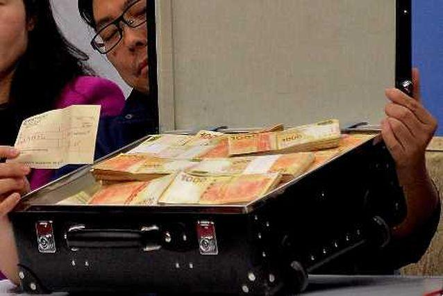 亞視管理層昨在記者會展示千萬現金及支票。