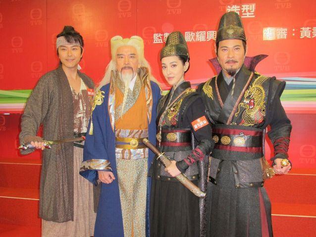 蕭正楠(左)造型比其他演員都涼快。