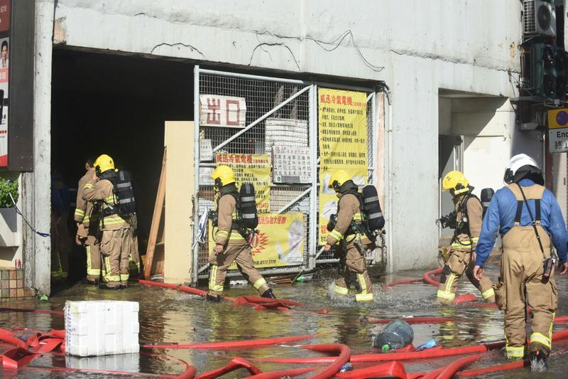 部分消防員進入現場灌救。