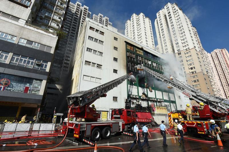 消防動用兩條喉,不時向四樓射水。