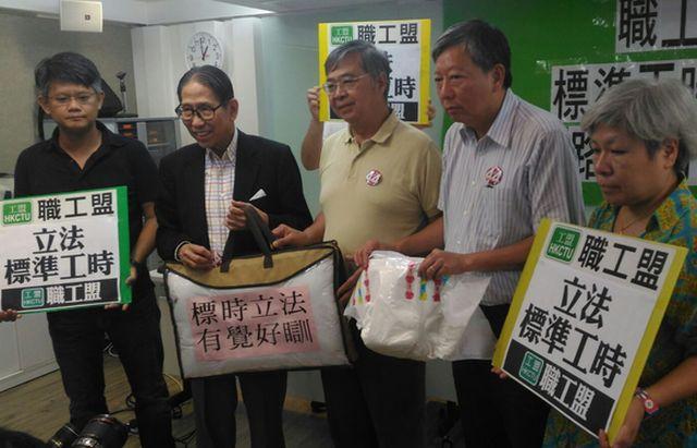 大會最後向梁智鴻(左二)送上一張被。