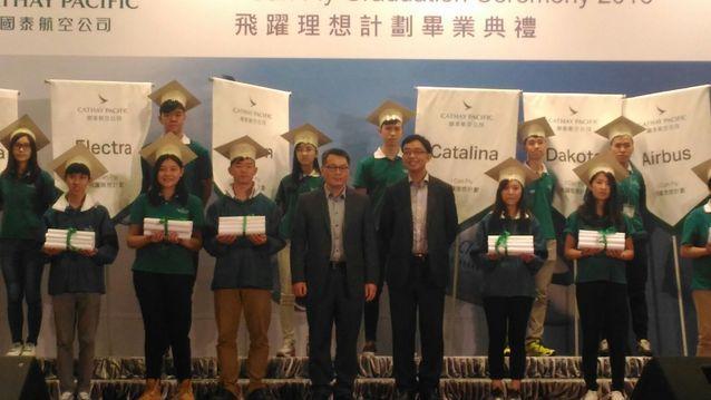 國泰航空企業事務董事唐偉邦(前右)。