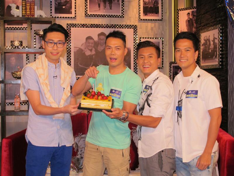 謝天華(左二)錄節目時慶祝生日。