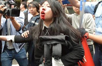 「以胸襲警」女示威者吳麗英。資料圖片