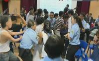 10多人欲衝上台被保安員阻止。