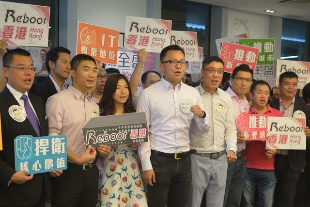 楊全盛(左四)指為免引起懷疑會簽確認書。 林金展攝