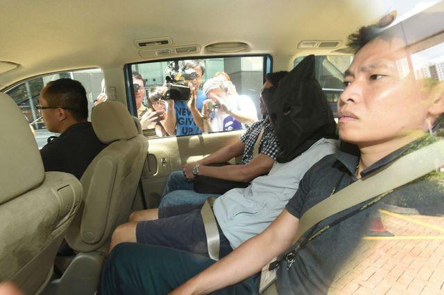 警方將青年黑布蒙頭帶返警署調查。
