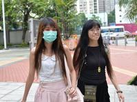 被告何菱瑜(左)獲撤串謀謀殺罪。郭顯熙攝