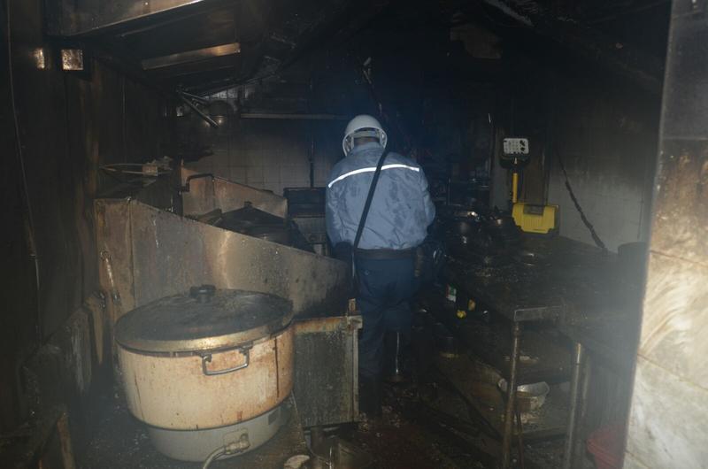 外賣食店廚房嚴重焚毀。楊偉亨攝