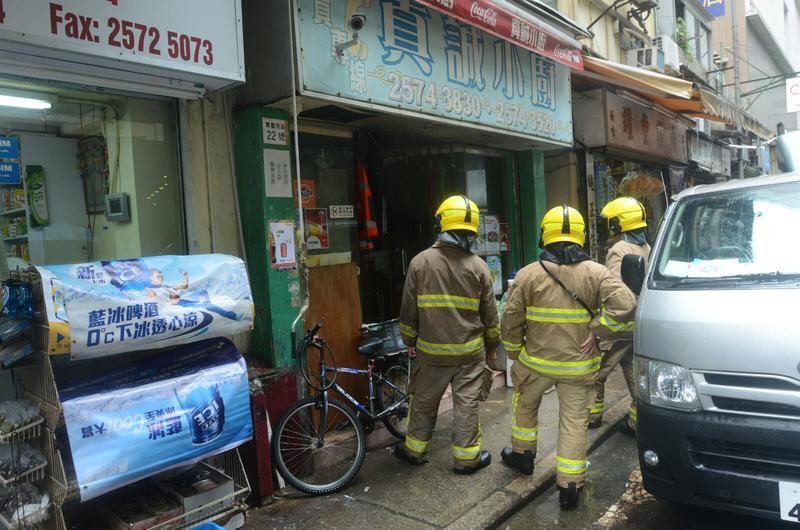 消防在外賣食店外調查。楊偉亨攝