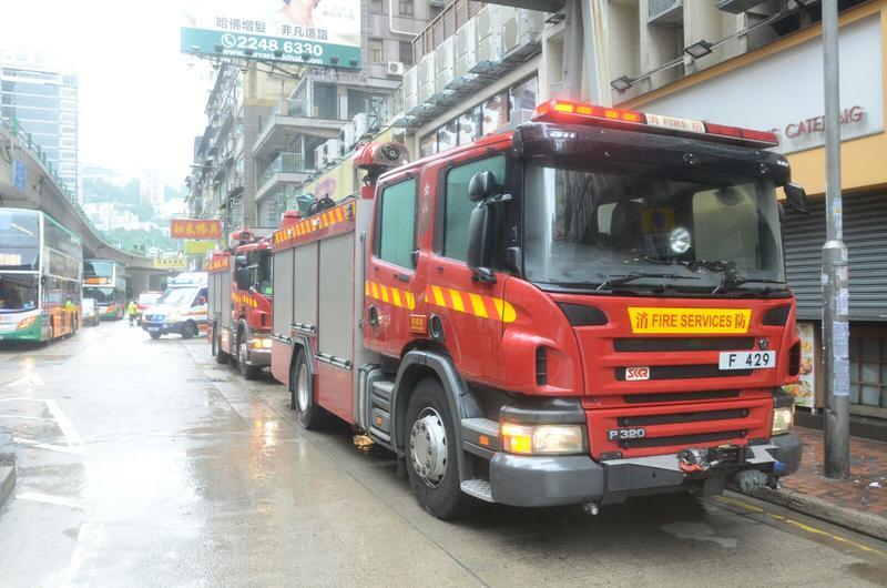 消防車接報到場灌救。楊偉亨攝