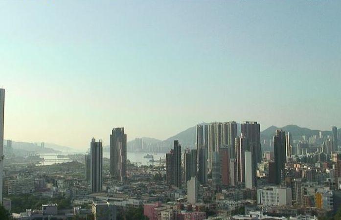 日間天氣酷熱及部分地區有煙霞。