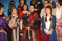 曹永廉(左)、蕭正楠、田蕊妮試造型。