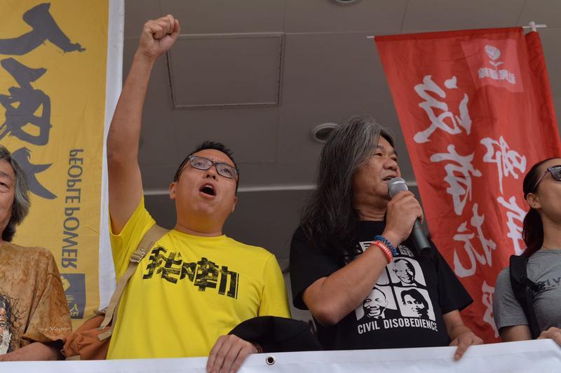 梁國雄(右)及譚得志在庭外高呼口號。郭顯熙攝