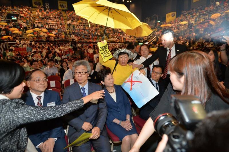 林鄭月娥出席上屆辯論比賽遭示威者滋擾。