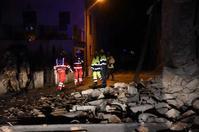 救援人員於現場搜查。AP