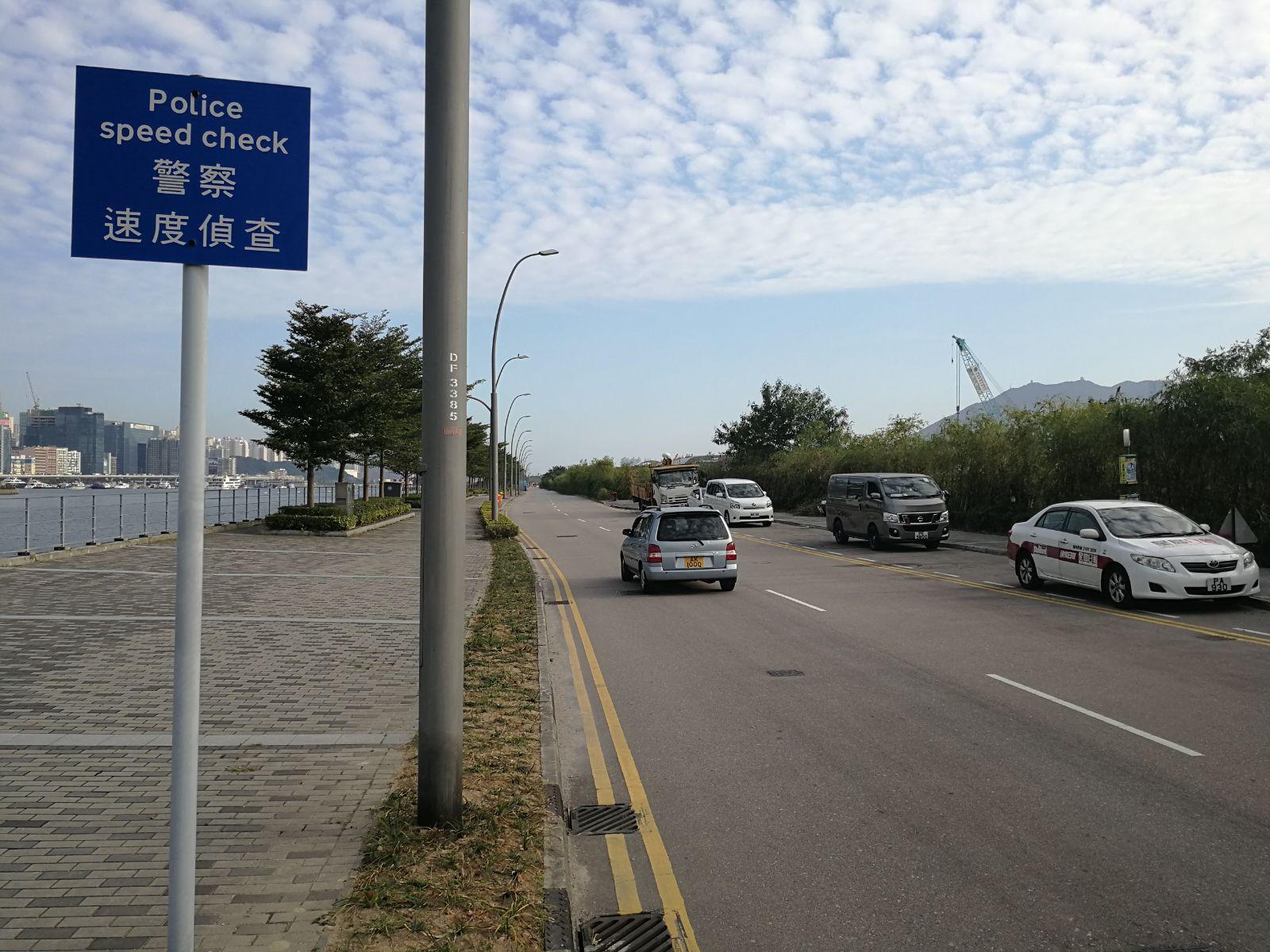 警方在事發路段截停一輛Tesla跑車。