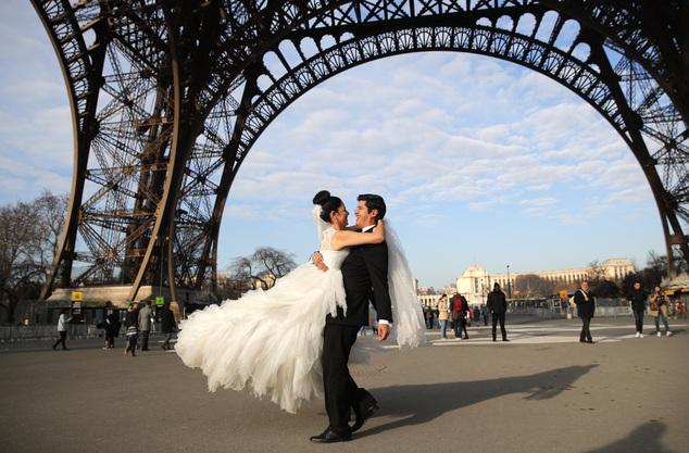 巴黎铁塔关闭 拍摄婚纱照新人扫兴