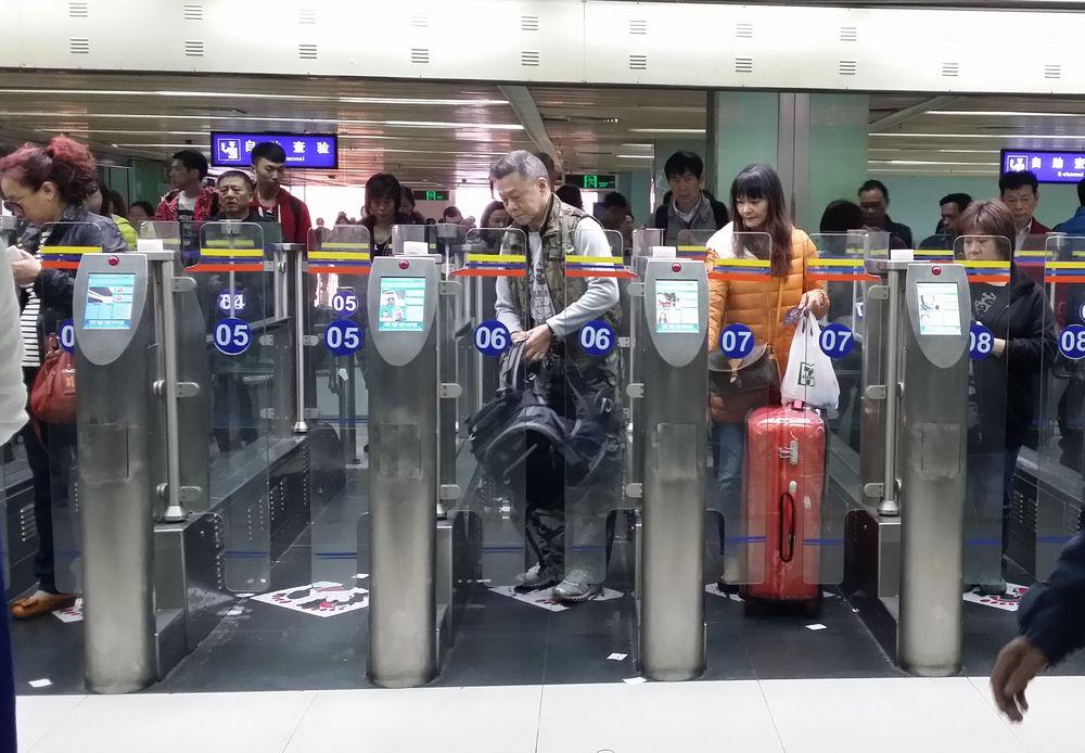 調查顯示在去年11月25日至12月8日期間,平均每日有逾70萬人次的跨界旅客行程。