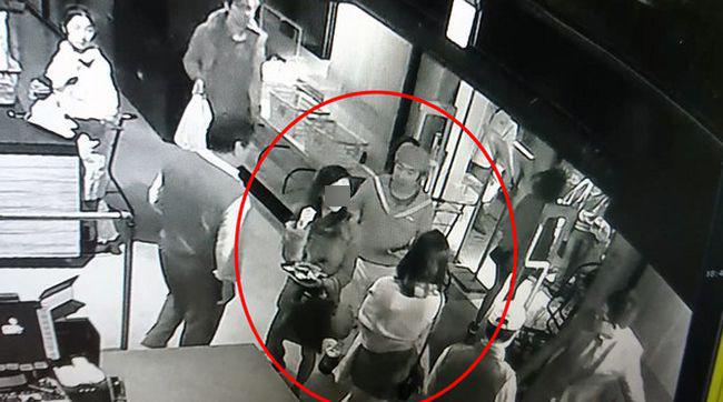 3名香港女遊客聖誕節遊台灣期間,在台北知名魚市場「上引水產」涉偷近千元海鮮並躲入廁所食,被當場人贓並獲送警署。3名女子向台警辯稱因飲醉酒不知規矩,才「忘記要付錢」。 據台灣傳媒報道,3名分別25歲徐姓、22歲莊姓、21歲廖姓的香港女子,23號到台灣出席朋友婚禮,原定25號返港。3人在上周六晚(24日)到民族東路「上引水產」魚市。她們先在市場閒逛,然後趁店員不為意偷走雪櫃內3隻牡丹蝦、3隻大鮑魚和6隻生蠔,再有講有笑入女廁大快朵頤。 吃完第一輪後,3女若無其事再返回市場重施故技,偷走3隻牡丹蝦、3隻大鮑魚和