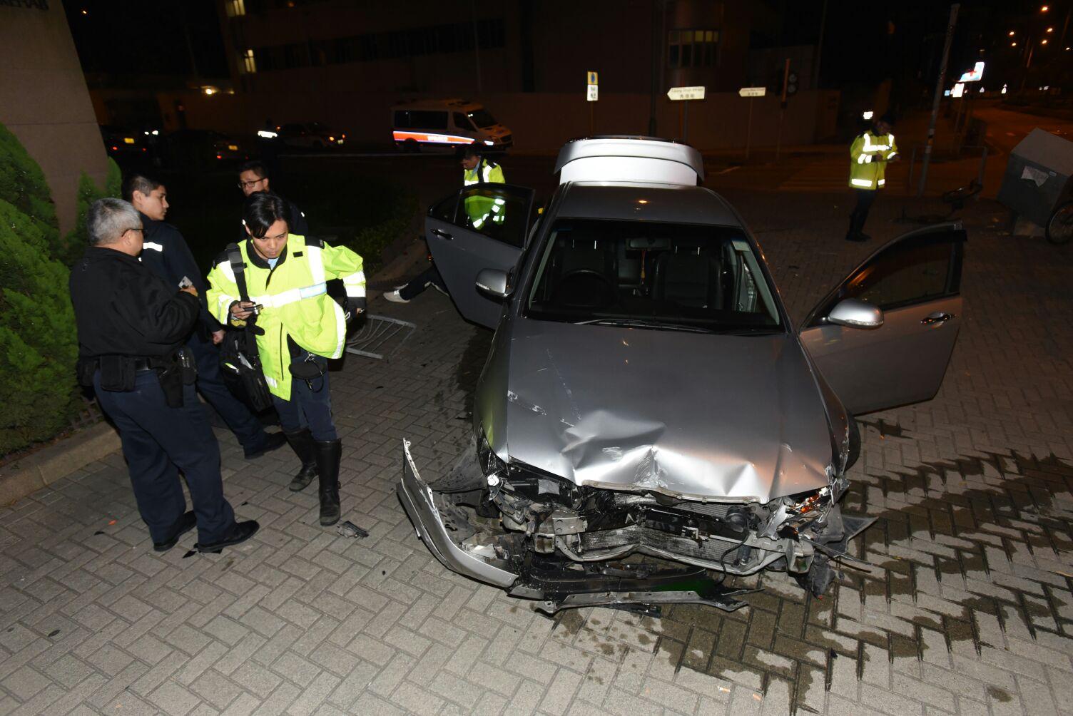 私家車車頭損毀。 丁志雄攝