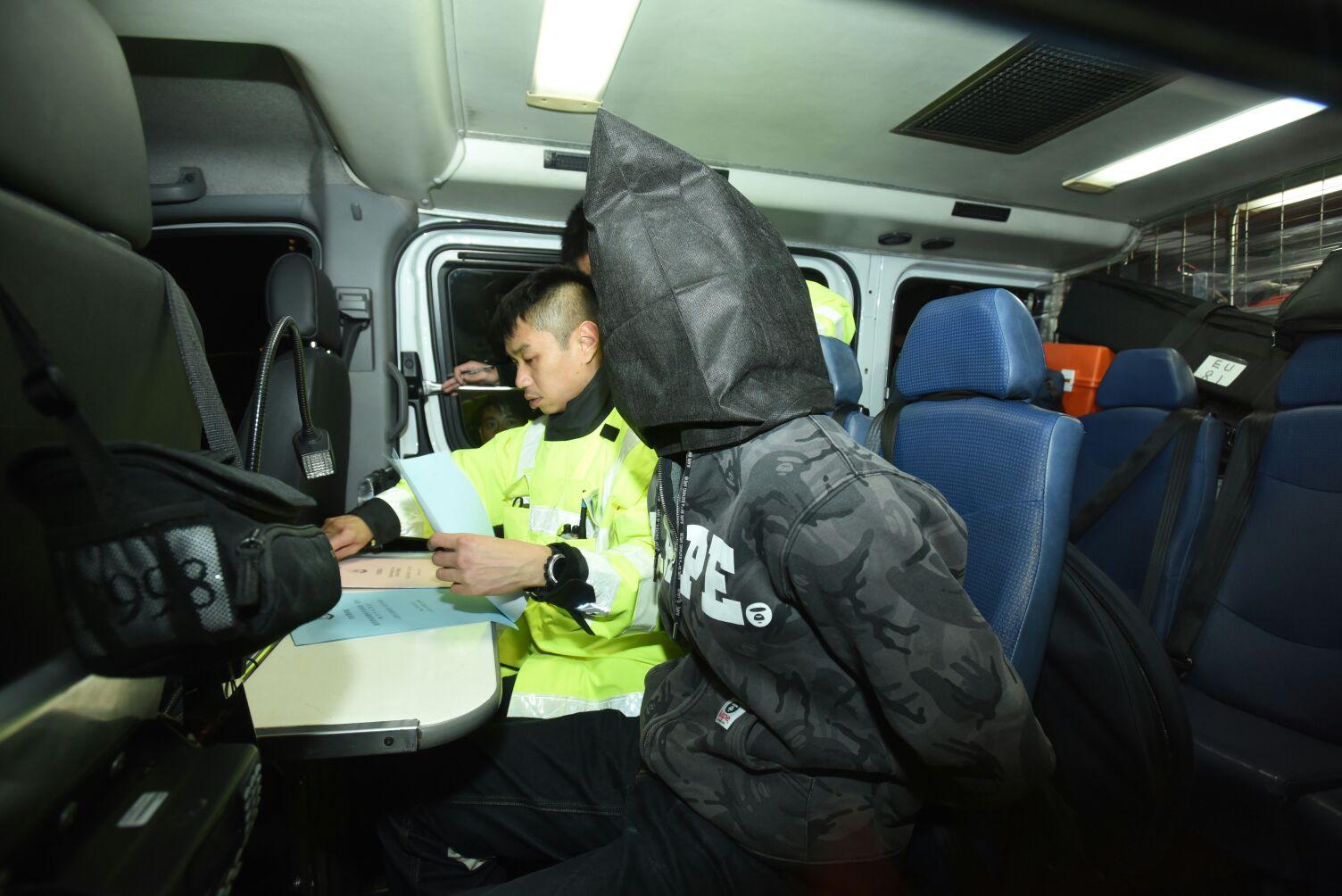涉案司機被帶署扣查。 丁志雄攝