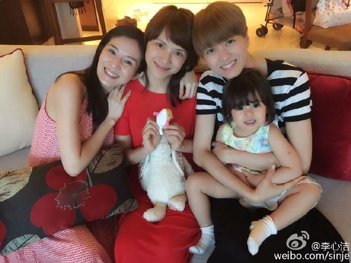 李心潔、梁詠琪日前特地飛到新加坡陪楊采妮跨年。