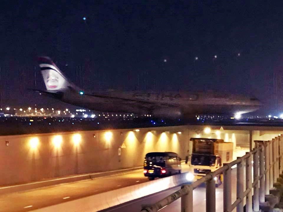 飛機深夜空安全降落香港機場。(圖片來源 :Thomas Kong 香港航空討論區)