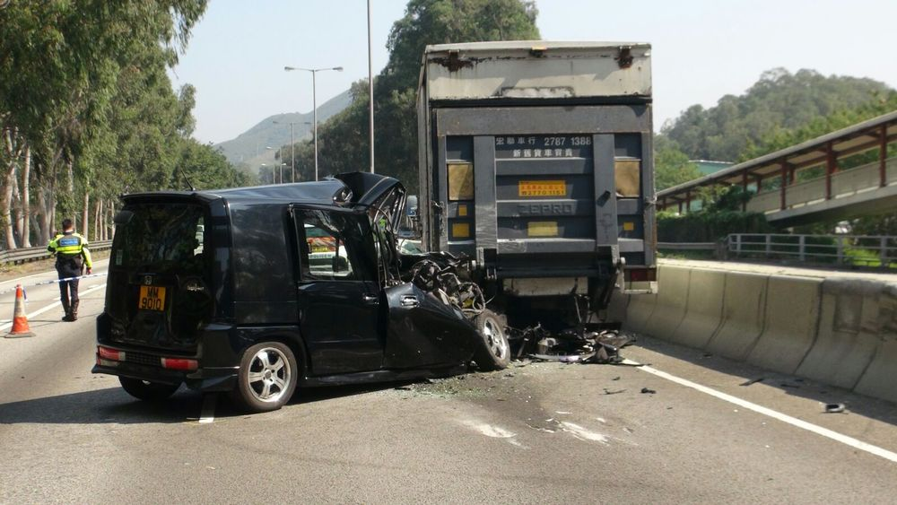 七人車撞向密斗貨車車尾。林思明攝