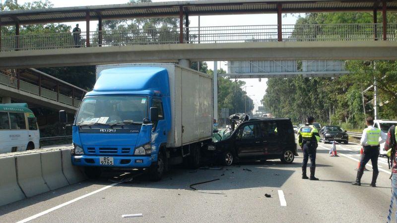 私家車車頭嚴重損毀。林思明攝