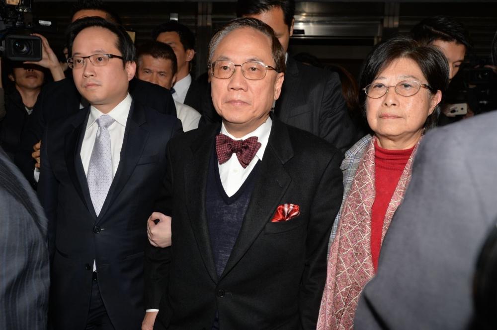 曾蔭權在家人陪同下離開法院。