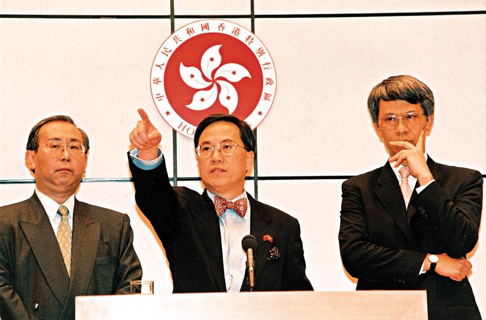 曾蔭權在1998年,與許仕仁和任志剛聯手擊退大鱷。資料圖片