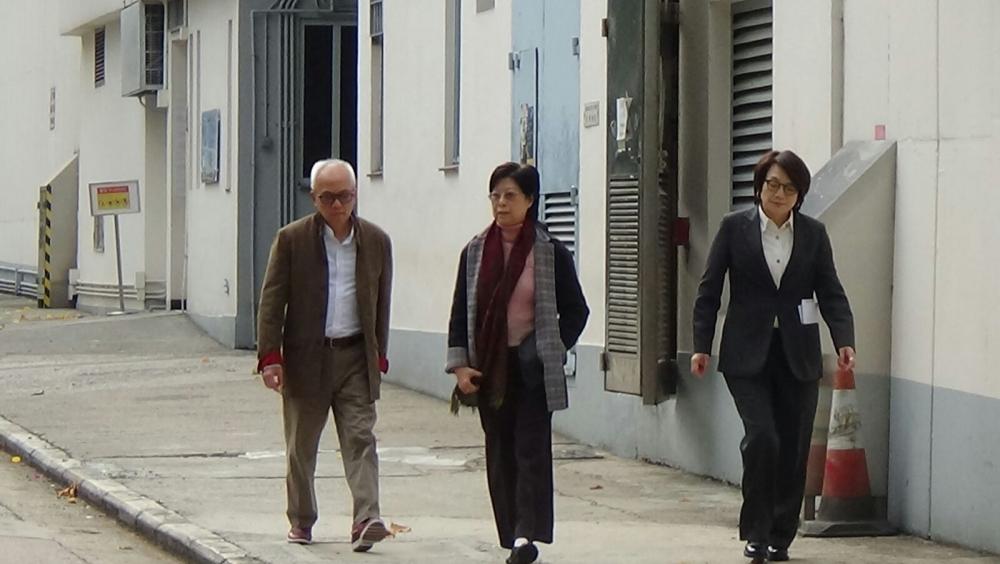 曾鮑笑薇、曾璟璇及曾蔭煊3人到收押所探望曾蔭權。黃文威攝
