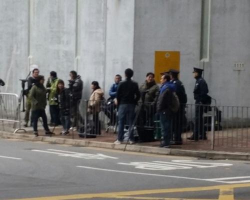 料今轉倉赤柱服刑,大批傳媒於荔枝角收柙所守候。