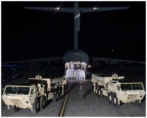 兩個「薩德」的發射架及部分裝備,周一晚由軍用運輸機運抵南韓烏山空軍基地。新華社圖片