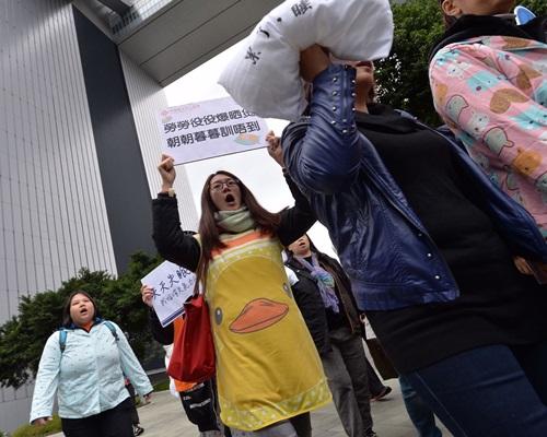 近百名婦女穿上睡衣遊行至政府總部。郭顯熙攝